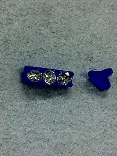 ダイヤを3個使うデザイン
