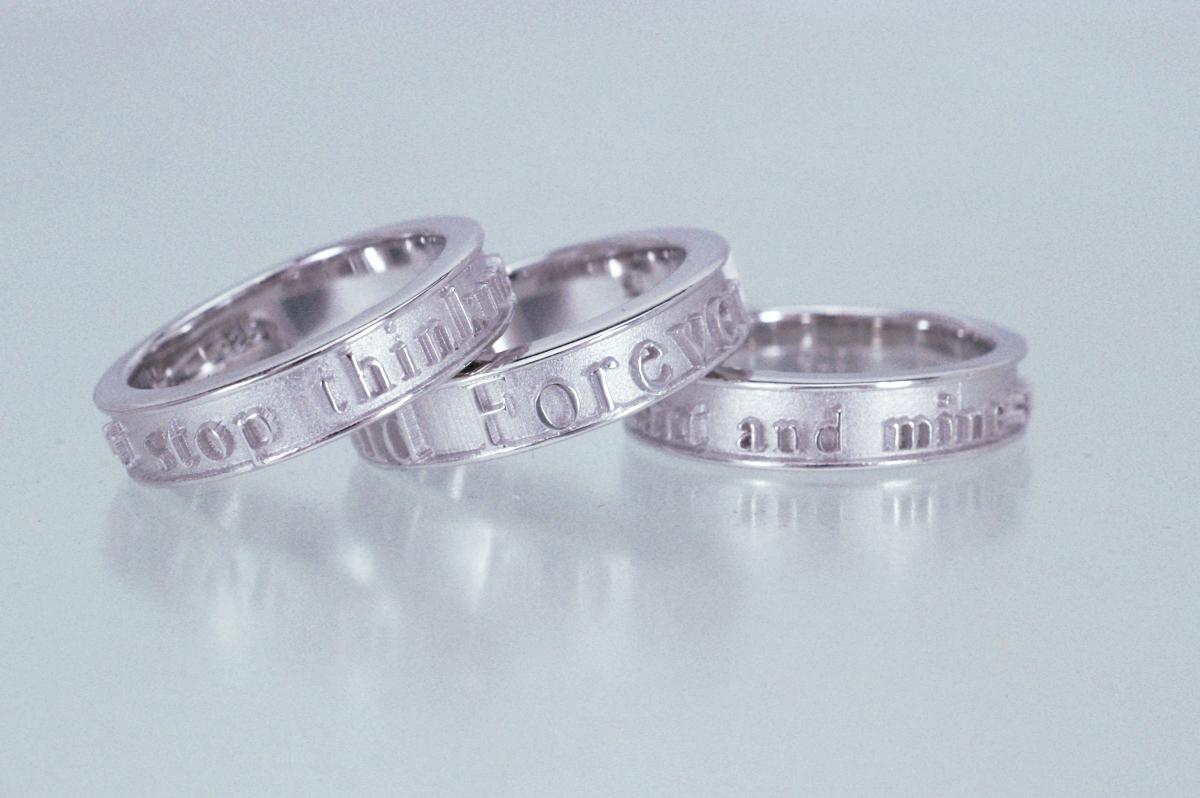 天然ダイヤ入りシルバー製のネーム&メッセージリングを 15,000円(税抜き)