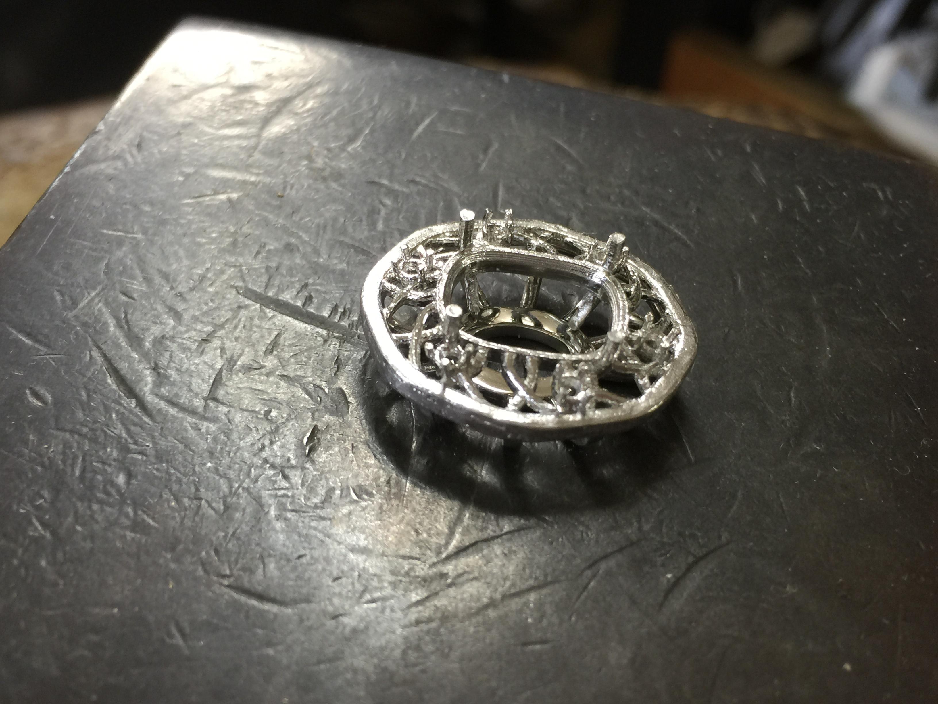3Dプリントの樹脂は プラチナになったとき中側を磨けるように分割しています。