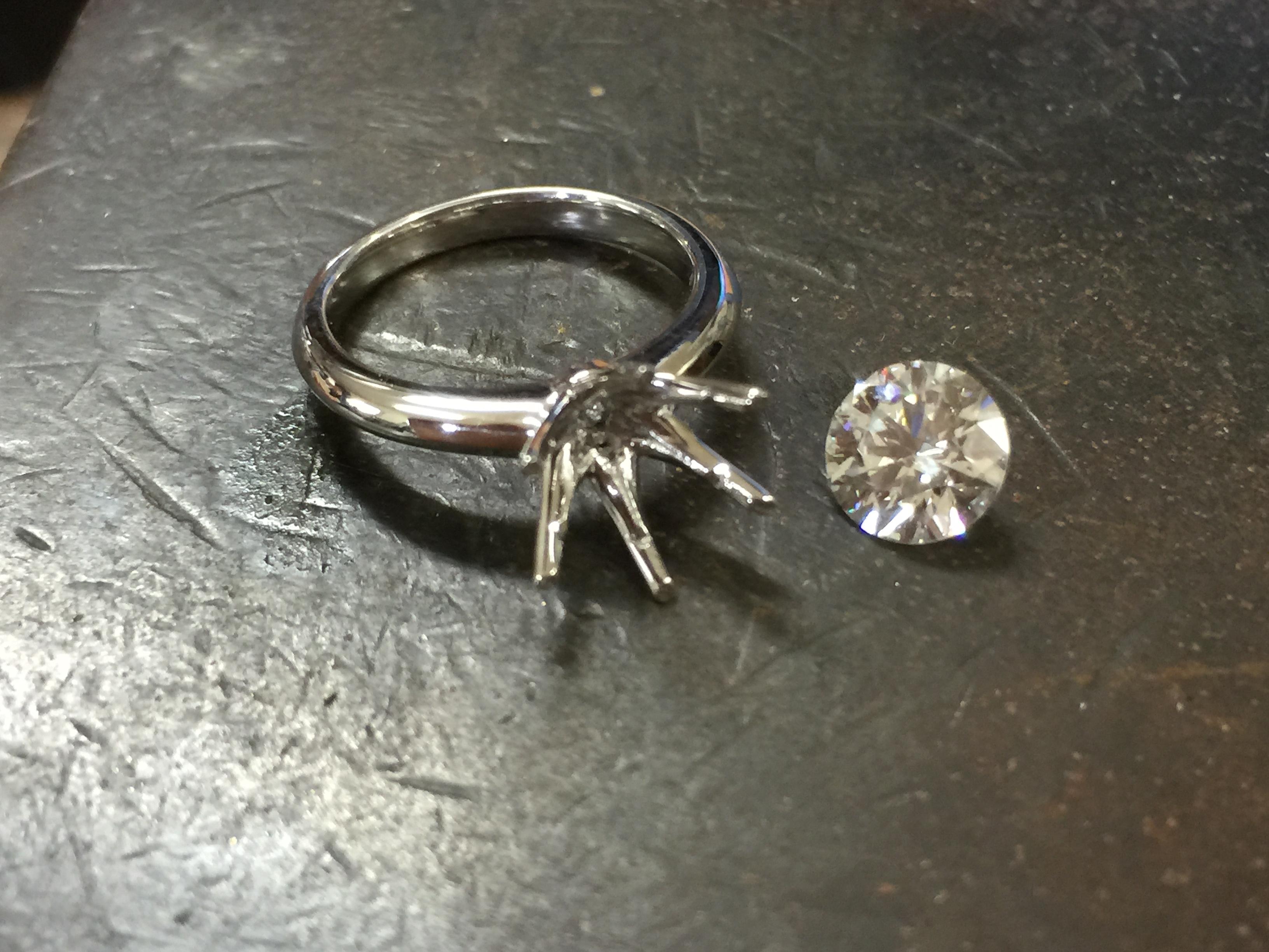 1.5ctの大粒ダイヤ ご希望のリングになるようにシェイプを重ねてつくったオリジナルです。
